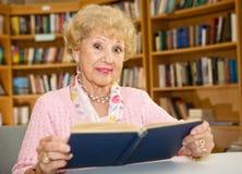 Femme aîné dans la bibliothèque Photo libre de droits
