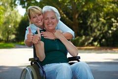 Femme aîné dans la fixation de fauteuil roulant Photos libres de droits
