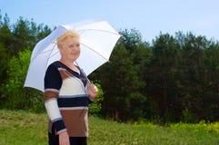 Femme aîné dans la forêt Images libres de droits