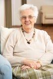 Femme aîné dans la présidence à la maison Images stock