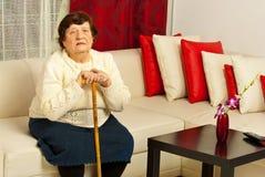 Femme aîné dans la salle de séjour Photographie stock