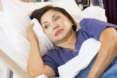 Femme aîné dans le bâti d'hôpital Photographie stock libre de droits