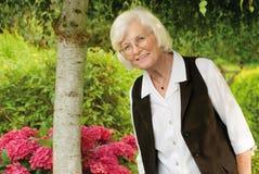 Femme aîné dans le jardin Photo libre de droits