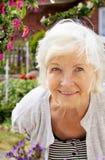 Femme aîné dans le jardin Images stock