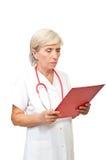 Femme aîné de docteur avec la planchette Photographie stock