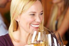 Femme aîné de sourire avec du vin Photographie stock