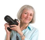 Femme aîné de sourire avec l'appareil-photo photographie stock libre de droits