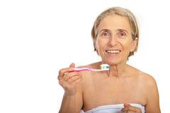 Femme aîné de sourire avec la brosse à dents Photographie stock libre de droits