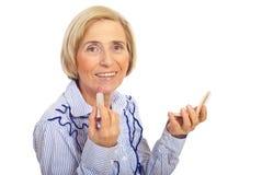 Femme aîné de sourire avec la brosse à dents Images stock
