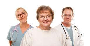 Femme aîné de sourire avec le médecin et l'infirmière Images libres de droits