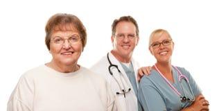 Femme aîné de sourire avec le médecin et l'infirmière Photographie stock libre de droits