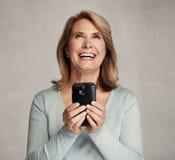 Femme aîné de sourire avec Smartphone Images libres de droits