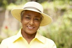 Femme aîné de sourire dans le jardin Photo libre de droits