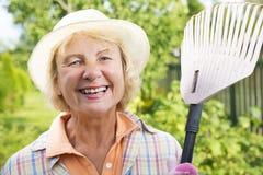 Femme aîné de sourire dans le jardin Photos libres de droits