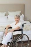 Femme aîné de sourire dans son fauteuil roulant Images libres de droits