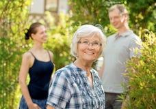 Femme aîné devant un jeune couple Photo libre de droits