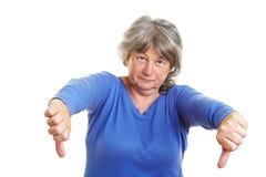Femme aîné dirigeant le pouce vers le bas Photo libre de droits