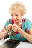 Femme aîné disant le rosaire Photo libre de droits