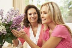 Femme aîné et descendant arrangeant des fleurs Photos libres de droits