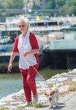 Femme aîné et son crabot Photographie stock