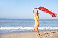 Femme aîné exécutant sur la plage Photo stock