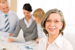 Femme aîné exécutif de contact d'équipe d'affaires Photos stock
