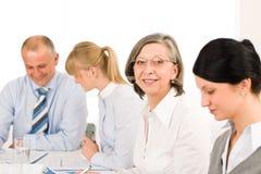 Femme aîné exécutif de contact d'équipe d'affaires Image stock