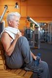 Femme aîné faisant la pause en gymnastique Photographie stock