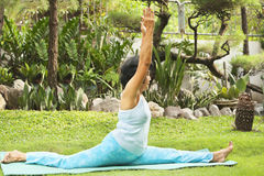 Femme aîné faisant le yoga au stationnement Photographie stock libre de droits