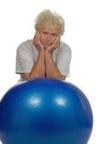Femme aîné fatigué avec un fitball Images libres de droits