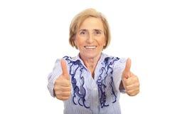 Femme aîné gai renonçant à des pouces images libres de droits