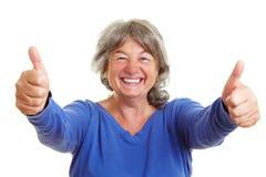 Femme aîné heureux affichant des pouces Photo libre de droits