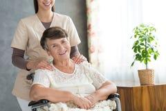 Femme aîné heureux dans le fauteuil roulant Photographie stock libre de droits