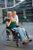 Femme aîné heureux dans le fauteuil roulant Photos stock