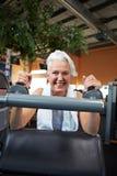 Femme aîné heureux en gymnastique Photo libre de droits