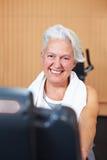 Femme aîné heureux en gymnastique Image stock