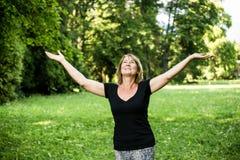 Femme aîné heureux en nature Images libres de droits
