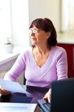 Femme aîné heureux la prévoyant finances Photos stock