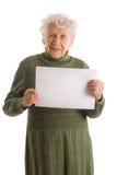 Femme aîné heureux retenant le panneau-réclame blanc Images stock