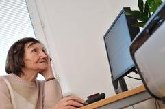 Femme aîné inquiété - à l'intérieur Image libre de droits