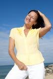 Femme aîné joyeux de verticale extérieur Images stock