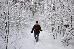 Femme aîné labourant par la neige Photos libres de droits