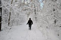 Femme aîné labourant par la neige Images stock