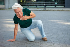 Femme aîné obtenant la crise cardiaque Image libre de droits