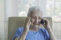 Femme aîné parlant au téléphone Photo libre de droits