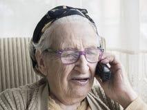 Femme aîné parlant au téléphone Image stock