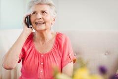 Femme aîné parlant au téléphone Images stock