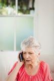 Femme aîné parlant au téléphone Photos libres de droits
