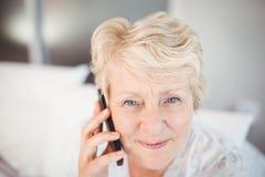 Femme aîné parlant au téléphone Photo stock
