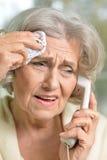 Femme aîné parlant au téléphone Photographie stock libre de droits